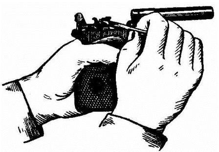 Снятие крючка пружины шептала с затворной задержки