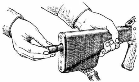 Вкладывание пенала принадлежности в гнездо приклада