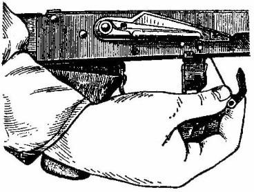 Извлечение автоспуска с пружиной из ствольной коробки