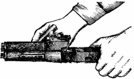 Поворот замыкателя газовой трубки с помощью пенала принадлежности